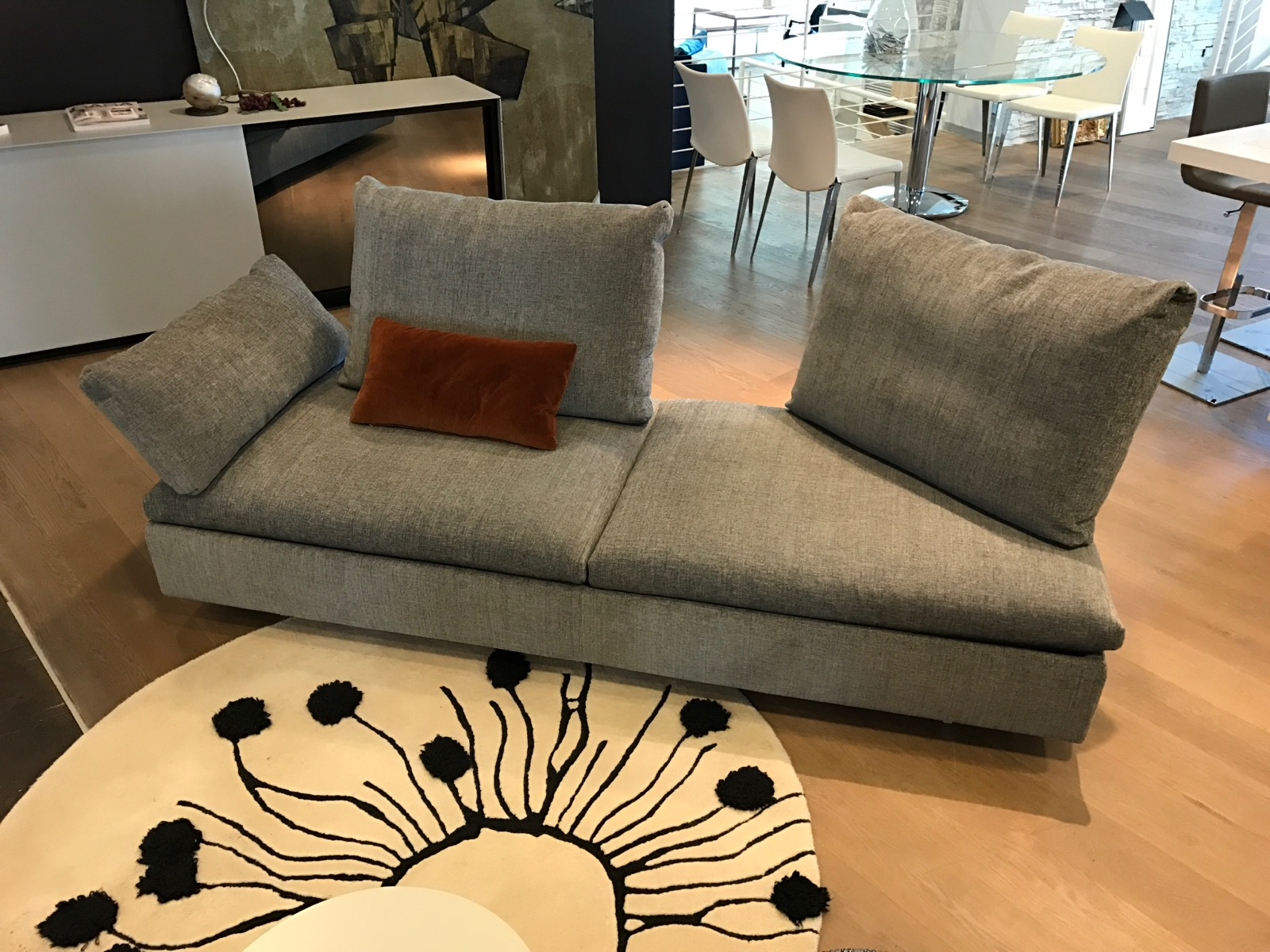 Divani design occasioni divano modello ilaria con pouf for Divani saba prezzi